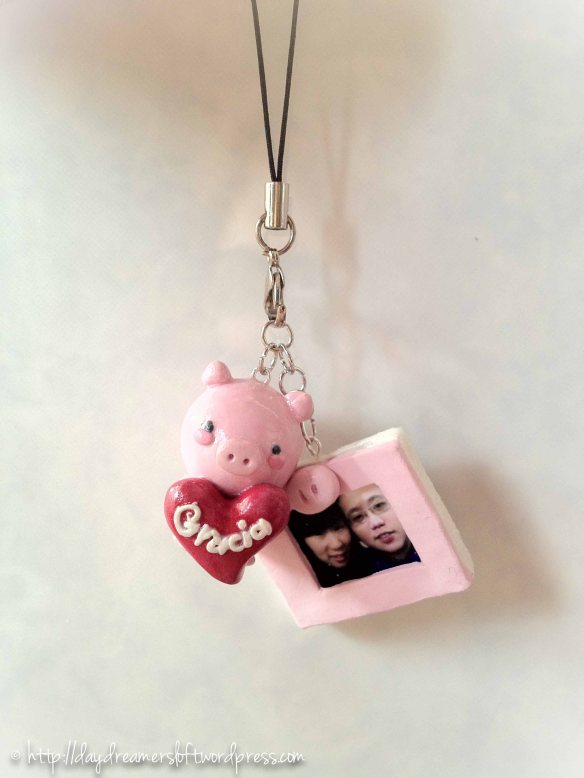 Piggy handphone strap with picture frame